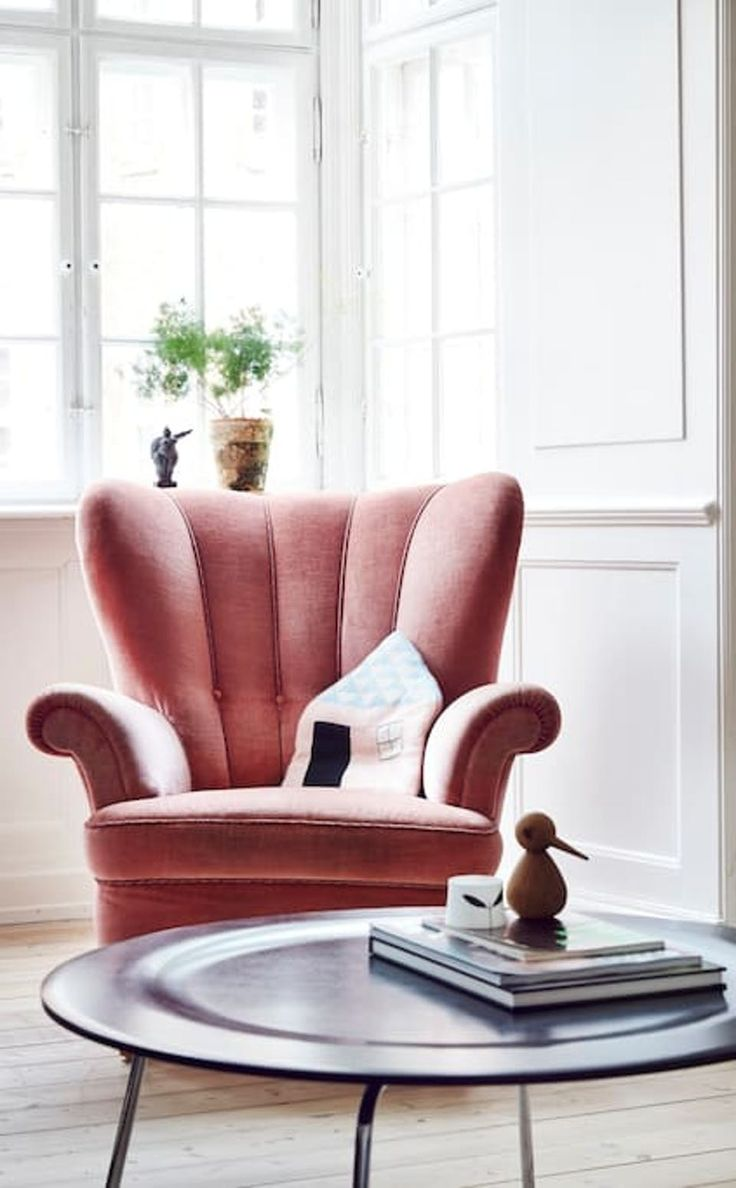 Divine window-corner with a majestic velvet armchair in a delicate rosa together with a modern side-table.