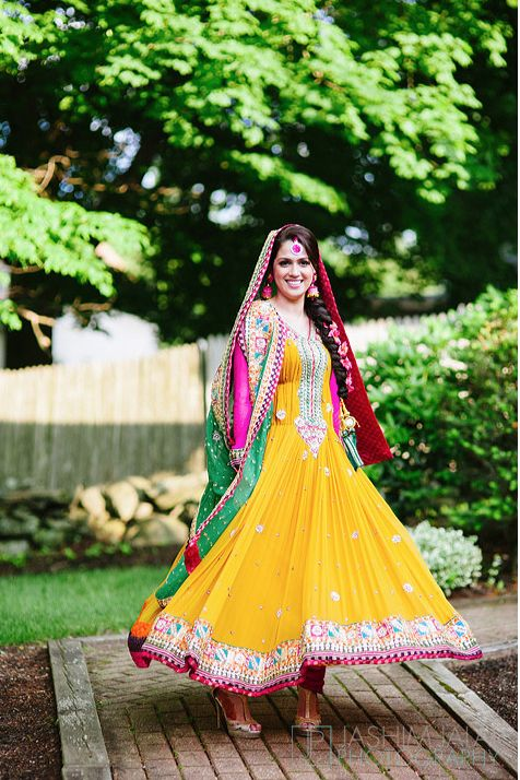 25 best ideas about mehndi outfit on pinterest robe for Pakistani wedding mehndi dresses