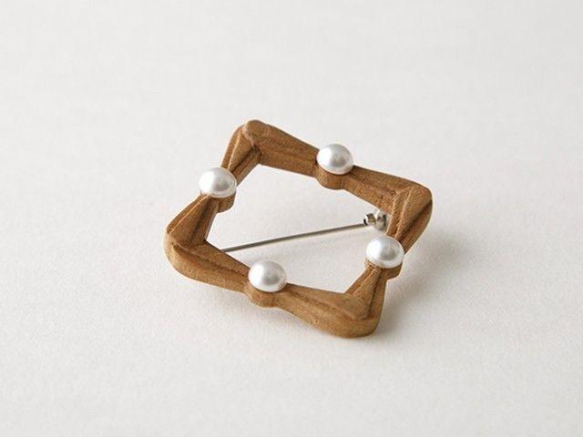 wood 手彫りのスクエア・ブローチ  - 【stand】