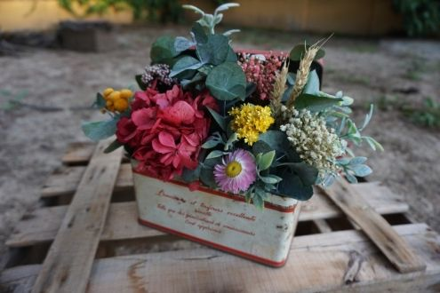 Caja francesa antigua con flores secas y preservadas
