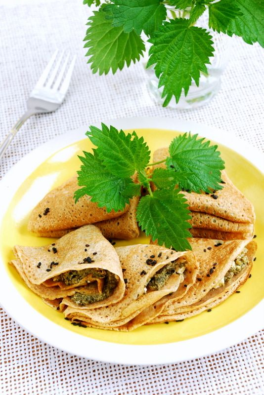 Healthy, delicious and cheap pancakes with nettle, garlic, onion and goat cheese. A perfect meal in May!