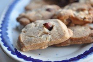 Specier er verdens nemmeste småkager. Sølle 3 ingredienser og vupti er der kagedej. Udrul og skær ud. Vupti er der nemme specier, i dag med nougat og hasselnødder