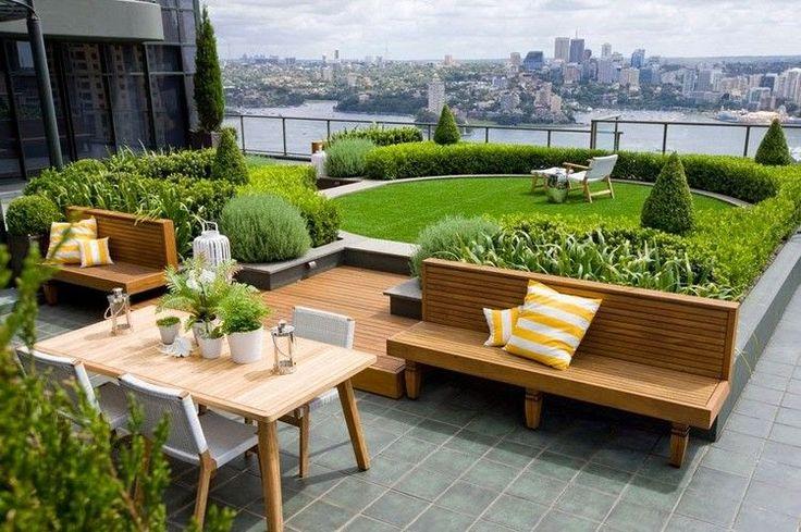 aménagement jardin extérieur moderne sur un toit-terrasse - salon de jardin en bois, bordure en buis et parterres de plantes vertes