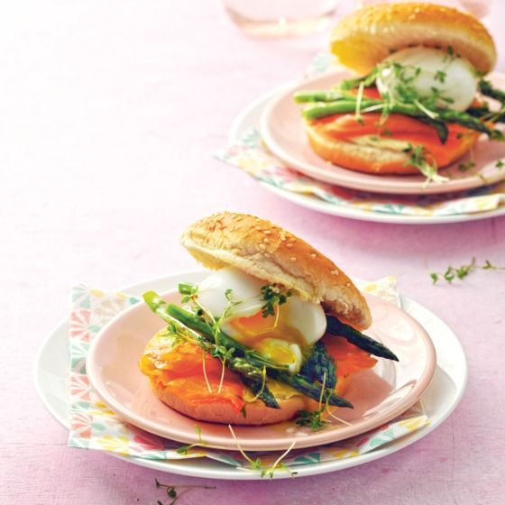 Burgerbroodje met gerookte zam, ei en asperges