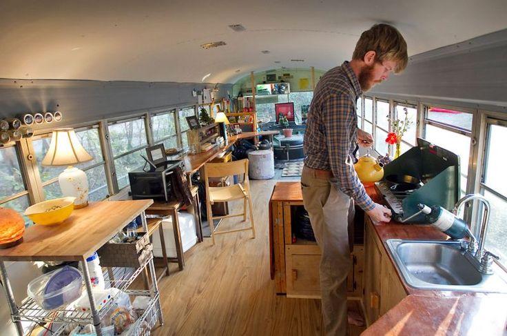 Omgebouwde 1978 Bluebird schoolbus wordt huiselijk nestje – Wonen in een camper & Roadtrip 101 – Alles verkopen en de hort op!