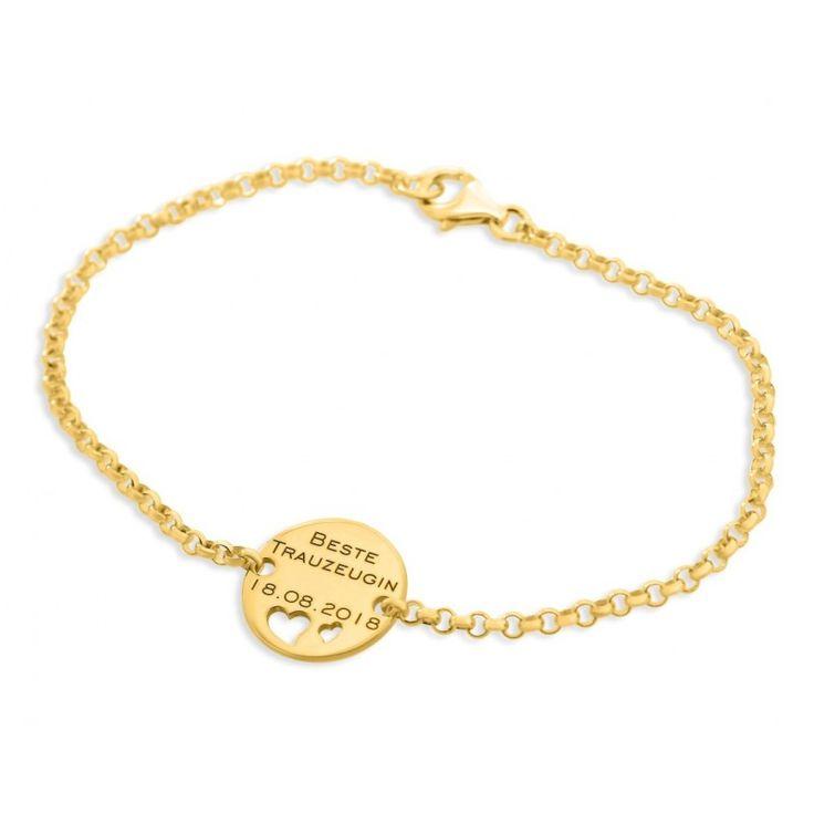 Ein wunderschönes 925 Sterling Silber Armband mit einem polierten Gravurplättchen in der Mitte. Auf das Plättchen wird Ihr Wunschtext-/namen graviert. Unter Ihrer Wunschgravur werden zwei unterschiedlich große Herzen ausgeschnitten. Das komplette Schmuckstück wird in Juwelierqualität hochwertig vergoldet.