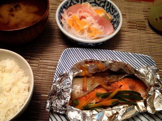 昨日の夕飯 - 9件のもぐもぐ - 鮭ホイル焼き  大根サラダ  味噌汁 by ikuko