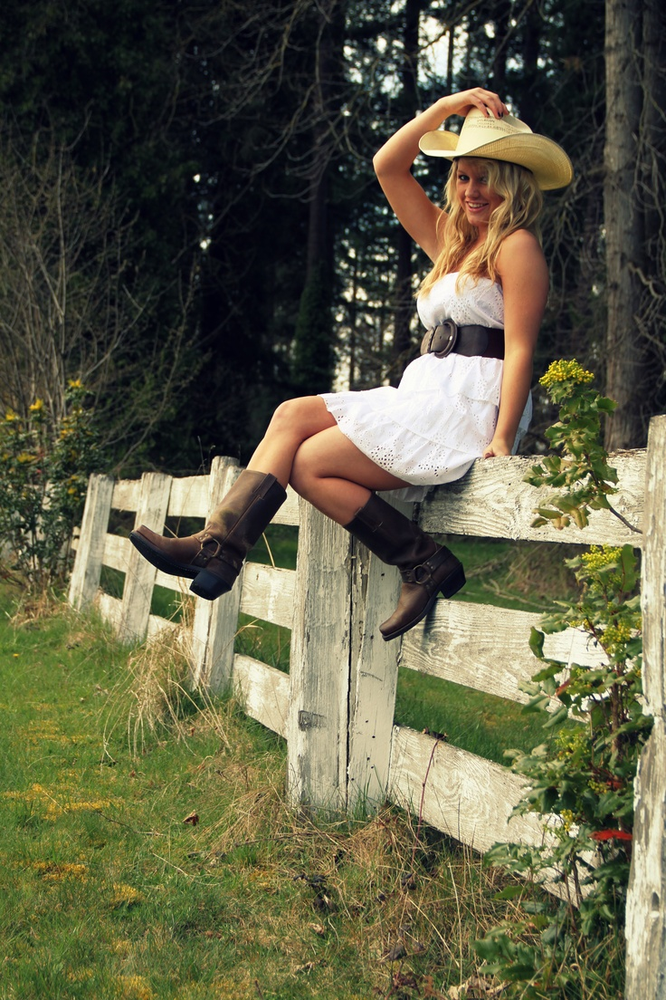 Senior Picture! Cute outfit and like the idea of sitting on a fence