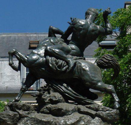Thésée terrassant le centaure Biénor . Ile de Saint Louis. Paris 4e