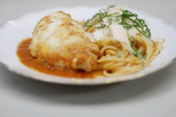 Met een pot verse tomatensaus met kruiden kan je alle kanten uit. Jeroen gaart er gevulde kipfilets in. Die serveert hij met een portie spaghetti. De kippenborsten vult hij met wat gerookte rauwe ham en enkele schijfjes mozzarella. Parmezaanse kaas en broodkruim zorgen voor een krokant laagje smaak bovenop de ovenschotel.