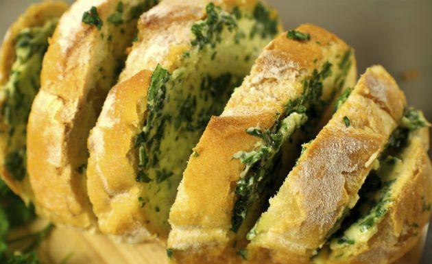 O pão de alho é um dos aperitivos mais gostosos e saborosos do churrasco, mas quando se trata de muitas pessoas pode sair um pouco caro comprar para todos. Uma dica barata para não faltar esse petisco é você se arriscar na cozinha e fazer o pão de alho. Seu p