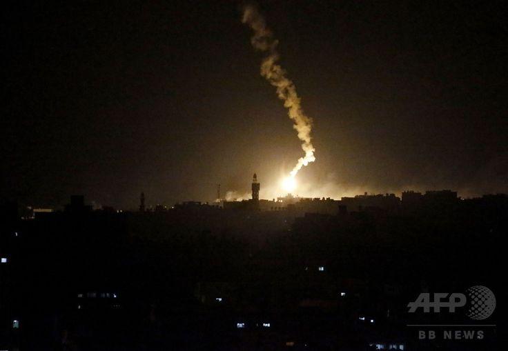 パレスチナ自治区ガザ地区(Gaza Strip)ガザ市(Gaza City)東部の上空を照らすイスラエル軍の照明弾(2014年7月18日撮影)。(c)AFP/THOMAS COEX ▼21Jul2014AFP|【写真特集】死者500人超、激化するガザ攻撃 http://www.afpbb.com/articles/-/3021076