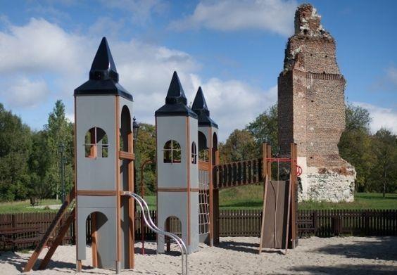 Bajkowy Plac zabaw to niezwykła atrakcja, która pojawiła się przy ruinach średniowiecznego zamku rycerskiego w Rytwianach