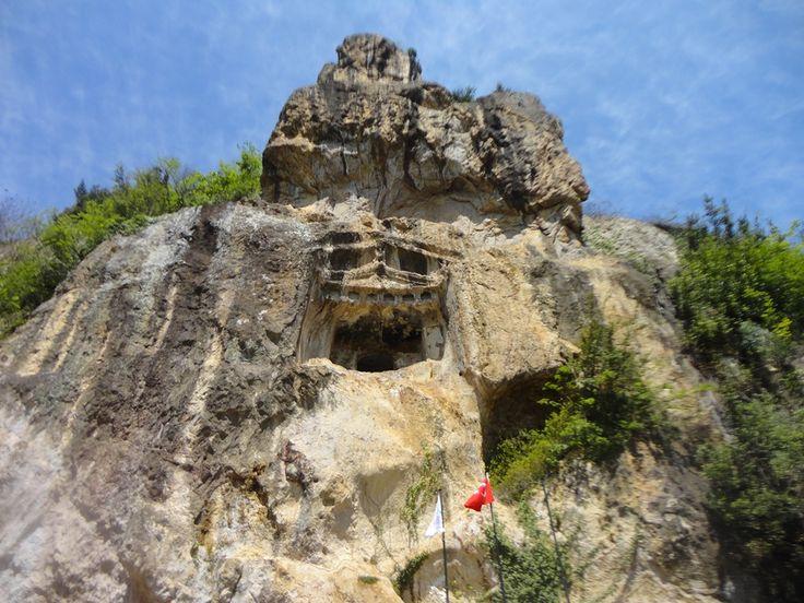 Ünye kalesi kaya mezarları/Ordu/// Ünye Kalesi Kaya Mezarı On iki Kral Mezarı MÖ yedinci yüzyıla tarihlenmektedir.