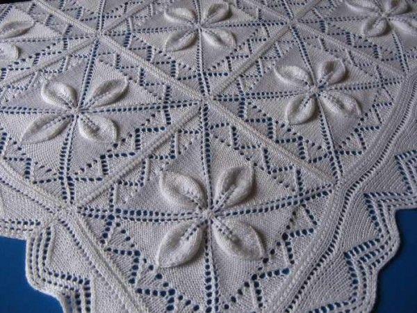 Üzerini incilerle süsleyeceğiniz çok güzel bir battaniye. Tek bir yaprak yaparak bir motifi örüyorsunuz. Ve aynı şekilde 3 parça daha örüp 1 kare motif yap