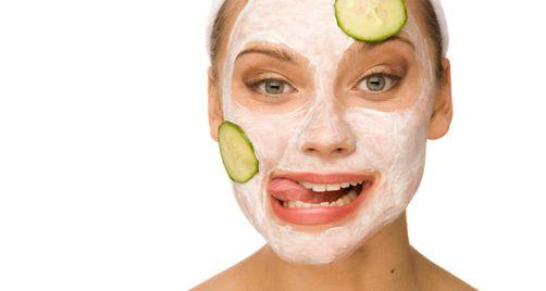 schoonheidssalons bieden verschillende volkomen veilig en pijnloze schoonheidsbehandelingen, zoals gezichts-, microdermabrasie en andere schoonheidsbehandelingen om de textuur en de kwaliteit van uw huid te verbeteren.
