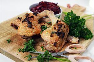 Vitlöks- & persiljesmörsfyllda kycklingklubbor med ljummen, sötsyrlig rödkålssallad