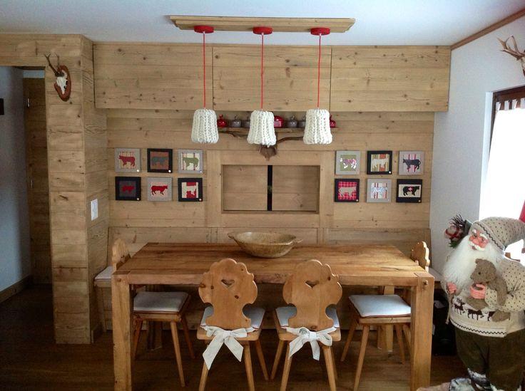 Zona pranzo passa vivande con cucina casa di montagna arredatrice e quadri marina aletti - Cucine di montagna ...