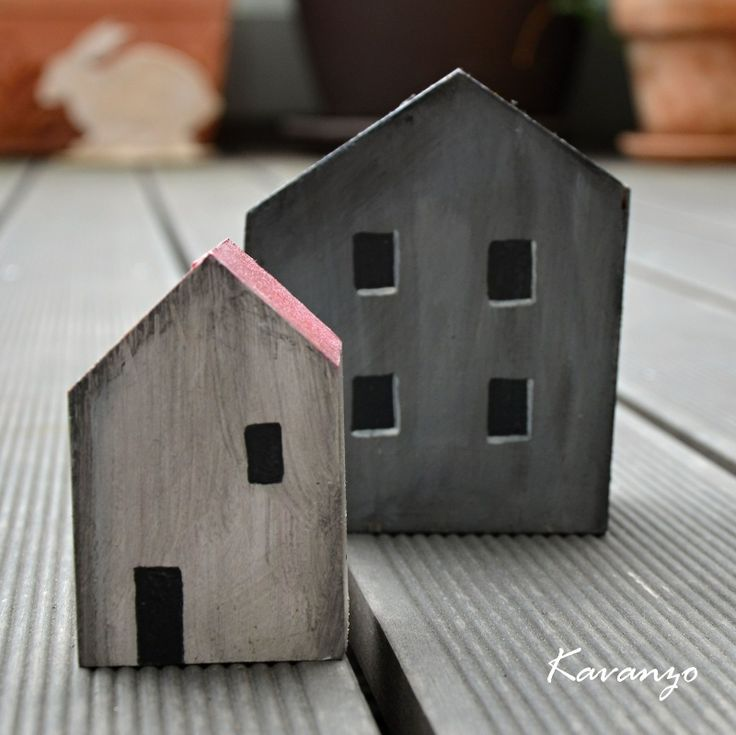 Bílý domeček Bílý dřevěný domeček vysoký 13 cm. Patinovaný, skvělý parťák do ulice k Šedému dvojdomku.