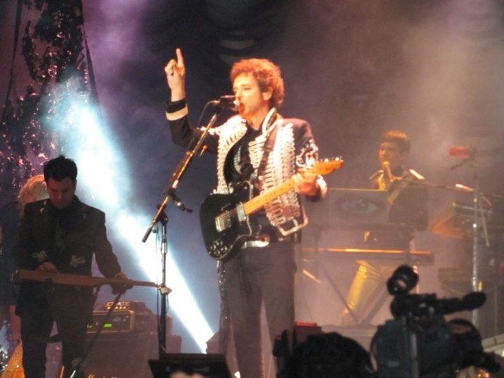 """En el concierto tocó """"Puente"""" a pedido pues no estaba programada en el setlist."""