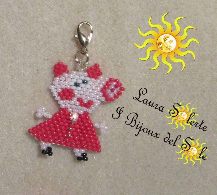 Ciondolino Peppa Pig realizzato con perline di precisione Miyuki e cristallo chaton swarovski. Lunghezza 35 mm Larghezza 35 mm . Prezzo base 15 euro