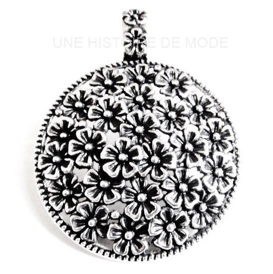 Grand pendentif rond à fleurs en métal argenté vieilli / médaillon ± 60 x 45 mm : Fleurs par une-histoire-de-mode
