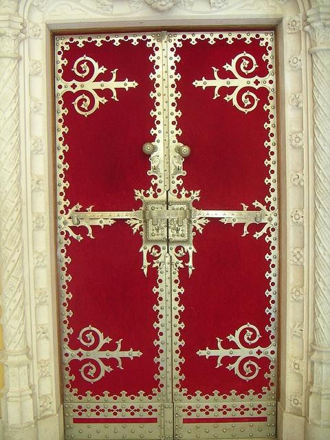 Red Door  Porta vermelha, Palácio da Regaleira, Sintra, Portugal.