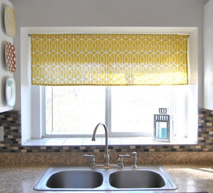 petit rideau cuisine en jaune à motifs entrelacés blancs