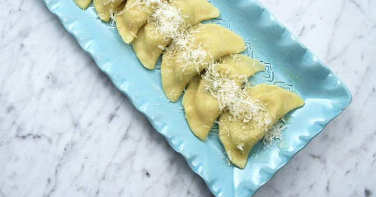 Hemgjorda panzerotti fyllda med mozzarella, soltorkade tomater och basilika.