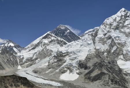 エベレスト(中央奥)とその周辺=2013年5月、ネパール・カラパタールから撮影(共同) ▼18Apr2014共同通信|エベレストで雪崩、12人死亡 不明3人、全員ネパール人 http://www.47news.jp/CN/201404/CN2014041801001601.html #Everest #Chomolungma #Qomolangma