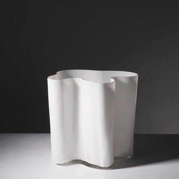 ALVAR AALTO (1898-1975) Finlande Vase modèle «Savoy» Verre et verre teinté Édition Iittala Signé et numéroté «Alvar Aalto - 3031» Portant l'étiquette de l'éditeur avec le logo suivi de «Made in Finland» Vers 1950