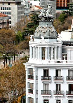 Los Grifos de la estación de Atocha   Frente a la estación de Atocha, se puede ver una impresionante fachada principal que remata en una bo...