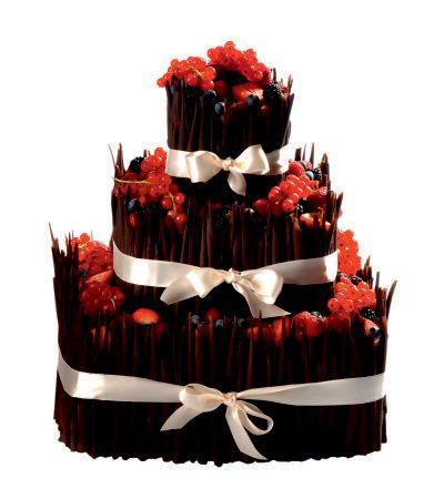 Speciální dort 11 Třípatrový dort, čtvercové podstavy, o rozměrech 10 x 10 cm, 20 x 20 cm, 30 x 30 cm, dozdoben bílými či hnědými čokoládovými ruličkami,  čerstvým ovocem a saténovou stuhou.