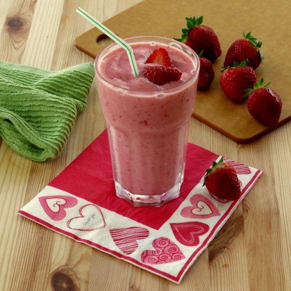 Simple Strawberry Smoothie with Yogurt - The Dinner-Mom #smoothie #lowcal #glutenfree