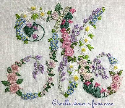 une autre initiale brodée avec des fleurs...