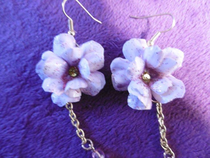 orecchini fatti a mano con fiori sui toni del lilla chiaro di LangolodiSoraya su Etsy