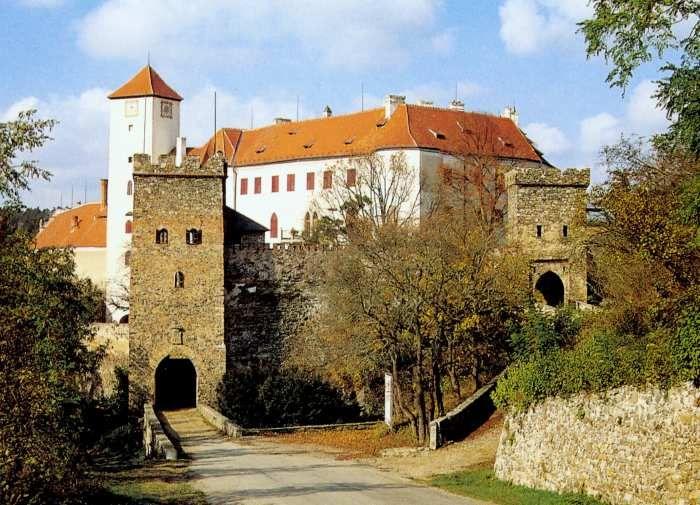 Hrad Bítov je jedním z nejstarších a nejromantičtějších hradů naší země (první písemná zmínka k letům 1061, 1067). Jedinečné je již jeho umístění v krajině: leží na ostrohu obtékaném ze tří stran řekou Želetavkou, nedaleko jejího soutoku s Dyjí, v malebném kaňonu tzv. Moravského Švýcarska.