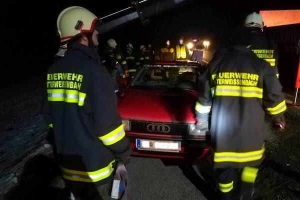Mitterweissenbach: Feuerwehr bei Verkehrsunfall im Einsatz