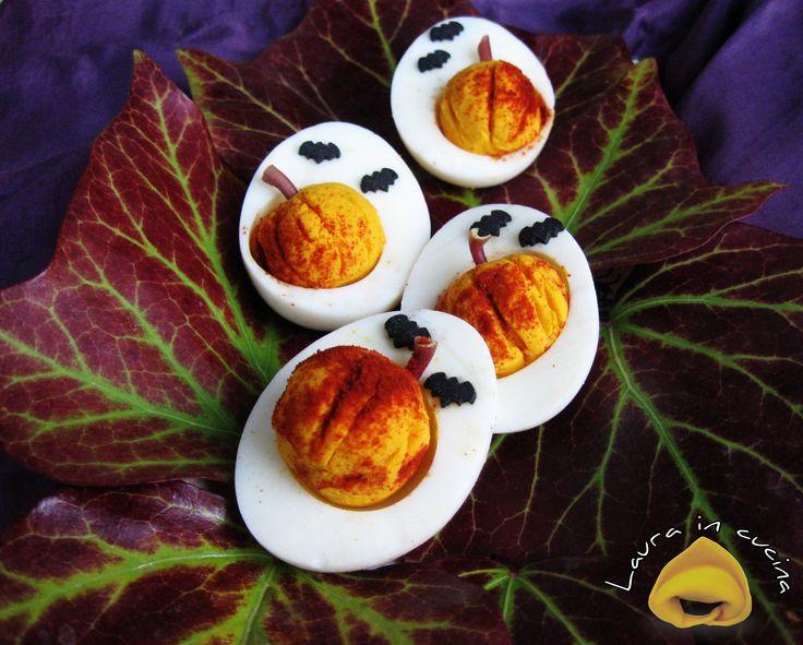 Oggi uova trasformate in zucche di Halloween! Una semplicissima ricetta ma molto coreografica per uno sfizioso e simpatico antipasto per festeggiare la cena