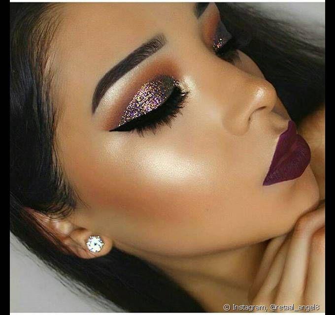 Para as festas noturnas, uma boa sugestão é utilizar glitter nos olhos e um batom fosco de cor escura