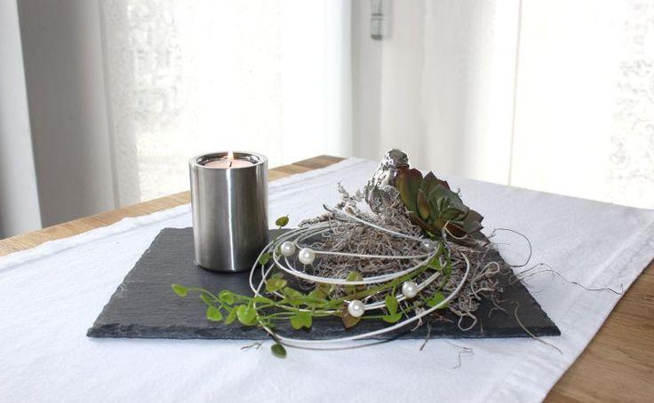 TD139 – Zeitlose Tischdeko! Schieferplatte dekoriert mit natürlichen Materialien, künstlichen Sukkulenten, einem silberfarbigen Vogel und einem Edelstahlteelicht! Preis 34,90€ Größe 20x30cm