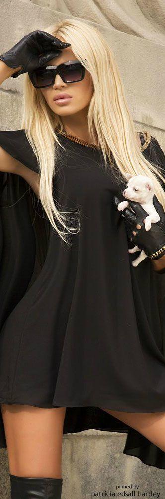 многих семей блондинка в черных очках и в черной одежде смотря что, беременные