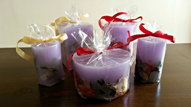 Μοβ χειροποίητα αρωματικά κεριά με άρωμα βιολέτας. Purple handmade candles with violet aroma