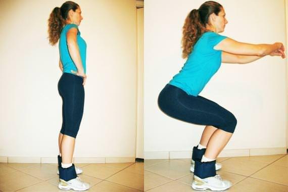 5) Em pé, pernas afastadas com os pés na mesma direção dos ombros. Flexione os joelhos ao mesmo tempo em que projeta o quadril para trás. Abaixe o máximo que puder mas atenção: não deixe que os joelhos ultrapassem a ponta dos pés. Repita 20 vezes.