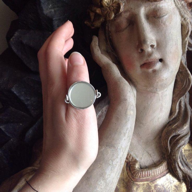 Вдохновляемся искусством в музеях Будапешта! На фото кольцо из серебра с зеркалом из коллекции посвященной Луиз Буржуа #mineralweather #jewelry #designerjewelry #louisebourgeois #budapest #hungary #ring #silver