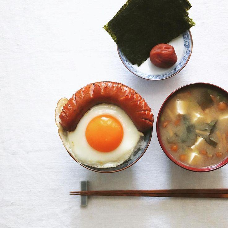 いいね!10.1千件、コメント55件 ― Masaki Higuchiさん(@higuccini)のInstagramアカウント: 「johnsonville sausage . 今朝は目玉焼きとジョンソンヴィルのソーセージでのっけ飯。なめこと豆腐とワカメの味噌汁、海苔と梅干し付き。 .…」