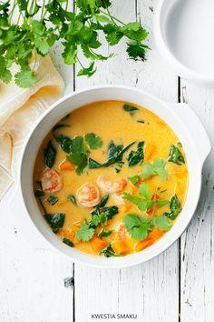 Tajska zupa curry z dynią, szpinakiem i krewetkami