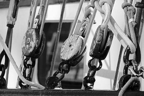 Schiffsbefestigungen #hamburg #schiff #elbe #segelschiff #knoten #tau #seile #seil #monochrom #welovehh #hansestadt