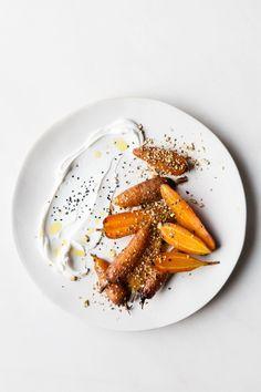 In ahornsiroop gecarameliseerde worteltjes met labneh en gehakte hazelnoten