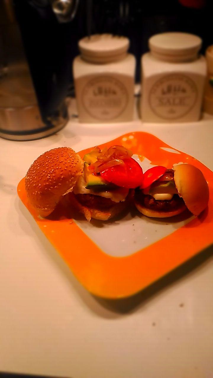Mini Burger per una mini bimba. La mia bambina vuole mangiare gli hamburger vegetali come babbo e mamma, e quindi ecco dei mini burger solo per lei.